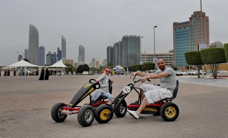 Corniche Road (z tyłu Burj Mohammed Bin Rashid - 381 m)
